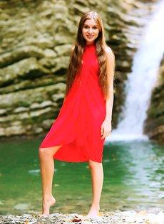 Голая девушка у горного ручья