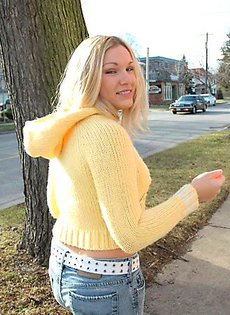 Блондинка показывает свои трусики на улице