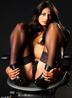 Секси-герл на стуле