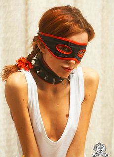 Девушка позирует в маске