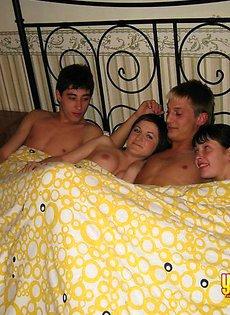 Секс по парам на одном диване