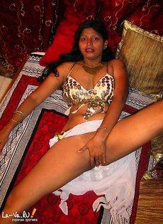 Индианка светит своей киской