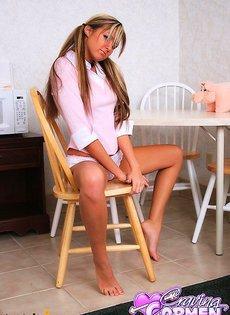 Девушка работает своим розовым самотыком