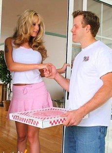 Грудастая блондинка ебется с разносчиком пиццы