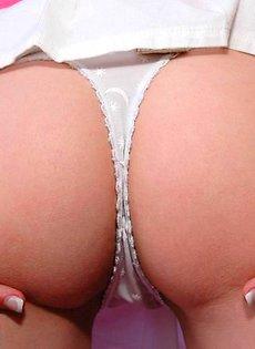 Мокрые груди молодой девушки