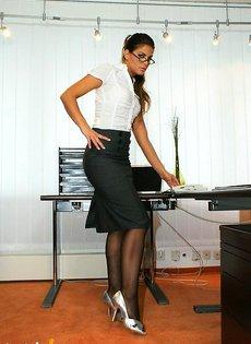 Развратница секретарша шалит в кабинете босса