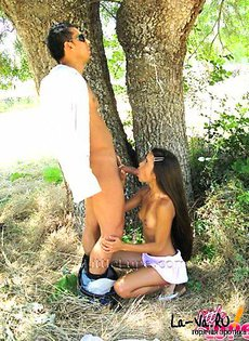 Взяла в рот под деревом