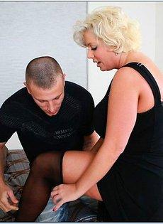Занимается сексом со своей тёщей