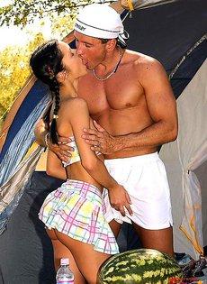 Анальный секс в палатке