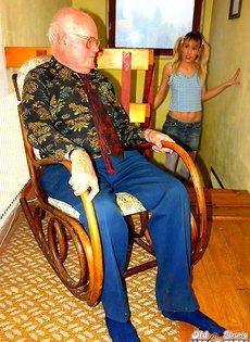 Заглянула в гости к старому дедушке
