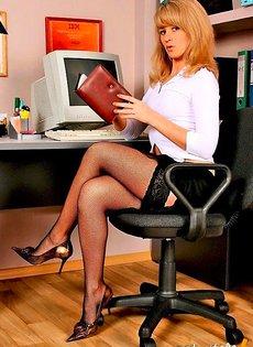Неопытная секретарша соблазняет босса