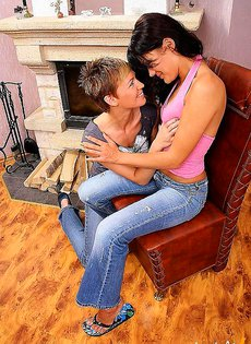 Лесбийские игры в гостиной