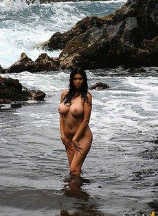 В море возле скал