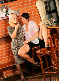 Пожилые подружки в баре