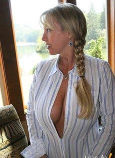 Расстегнула рубашку мужа и показала свои сиськи
