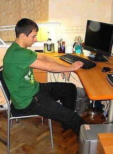 Молодой парень выебал девушку на компьютерном столе