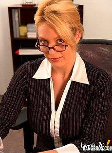 Незаменимая секретарша во время секса она успевает общаться по телефону