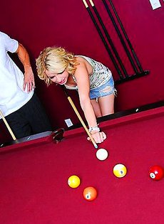 Девушка попросила парня научить её играть в бильярд, а за это пообещала показать ему свою пизду