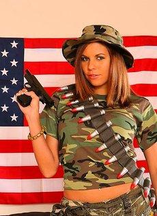 Девушка защищает свою честь и достоинство с помощью пистолета