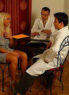 Два дерзких врача позабавились с больной девушкой