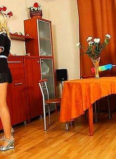 Заглянула под юбку своей напарнице по работе