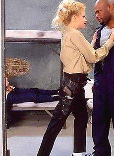 Двое охранниц занялись сексом с преступниками в клетке