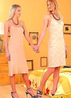 Девушки лежа в постели тыкали друг в друга самотыками