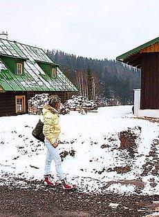 Шлюха прибыла по вызову в загородный домик, где получила членом по лицу