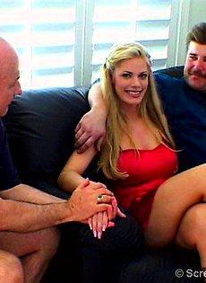 Пожилые мужчины скрылись от своих жен и сняли для себя и души проститутку