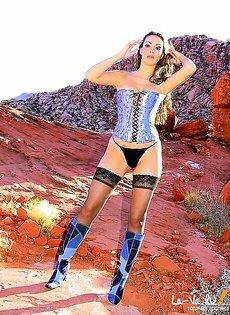 Потерявшись в пустыне, девушка от отчаяния стала дрочить