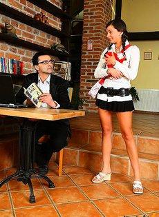 Трахнул девочку на деревянном столе
