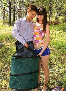 Далеко в лесу парень трахал в жопу свою девушку