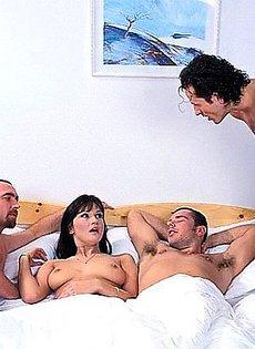Брюнетка согласилась переспать только с двумя мужиками
