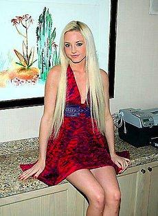 Девушка решилась показать свои прелести под платьем