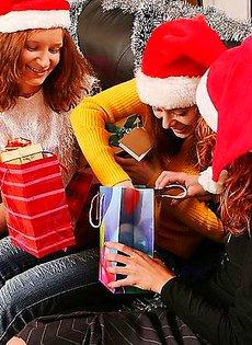 Девочки снегурочки нашли в одном из подарков прозрачный самотык