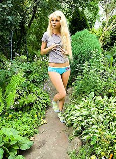 Девушка наслаждается мастурбацией у себя в саду