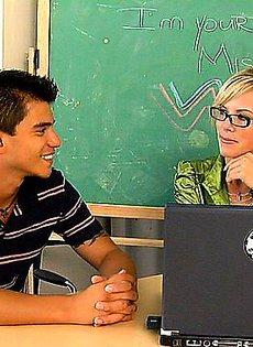 Учительница не смогла устоять перед соблазнительным учеником