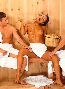Развлекла мужчин в сауне