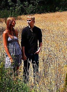 Всадил девушке посреди пшеничного поля