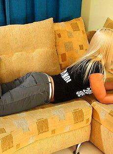 Не слабо так потрепал гениталии блондинки