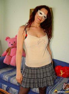 Девушка в маске и в чулках устроила домашнюю фото сессию