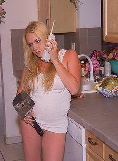 Голая жена на кухне готовит еду и ласкает себя