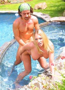Пара свингеров смачно трахается в бассейне, не стесняясь прохожих