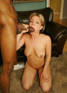 Опытная женщина яростно надрачивает и сосет толстый член негра