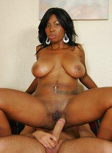 Секс с сисястой чернокожей женщиной