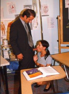 Преподаватель расстегнул ширинку, достал член и дал его отсосать студентке