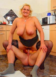 Зрелая дамочка в черных чулках задорно прыгает на молодом члене