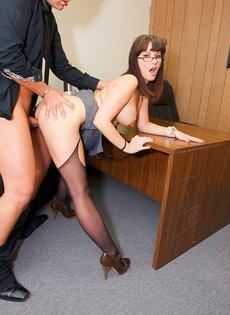 Секс с боссом на рабочем столе