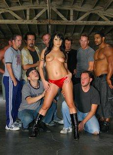 Групповой секс в действии - девять мужчин трахают одну девушку брюнетку