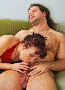 Зрелая мамаша в сексуальном нижнем белье сняла молодого жеребца